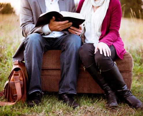 Ζευγάρι που διαβάζει βιβλίο στο ύπαιθρο